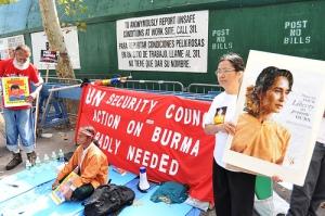 Demonstranten fordern die UN auf, die Initiative zu ergreifen