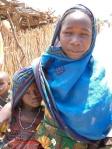 Eine Frau mit ihrem Kind in einem Flüchtlingslager in Darfur/Sudan - Sie sind von der anhaltenden Gewalt besonders bedroht.