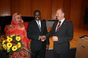 Biram Dah Abeid mit seiner Frau Leila und Thüringens Innenminister Jörg Geibert auf der Preisverleihung