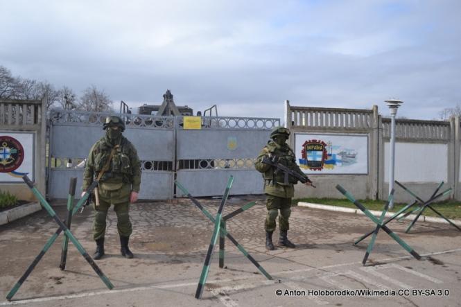 Russische Spezialeinheiten bewachen Anfang März 2014 die Einfahrt einer ehemals ukrainischen Militärbasis auf der Krim.