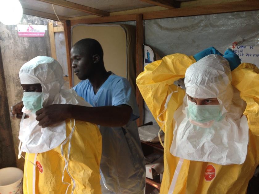 Ärzte in Guinea ziehen ihre Schutzkleidung an. Die notwendigen Schutzmaßnahmen erschrecken viele Betroffene. Foto: © EC/ECHO