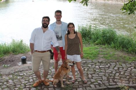 Timo genießt sein neues Zuhause. Hier hat er Cristian und Jacqueline Emma sowie GfbV-Mitarbeiter Patrick Strehl (Mitte) mit auf einen Ausflug ins Grüne genommen.