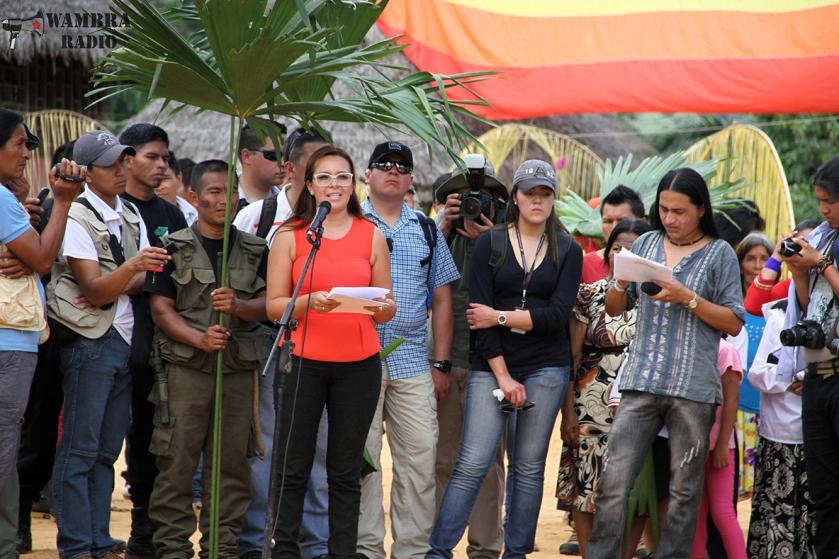 Justizministerin Ledy Zúñiga bei der Verlesung der Entschuldigung in Sarayaku. Staatspräsident Correa blieb der Veranstaltung fern.