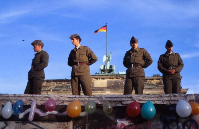 Volkspolizisiten auf der Berliner Mauer 1989