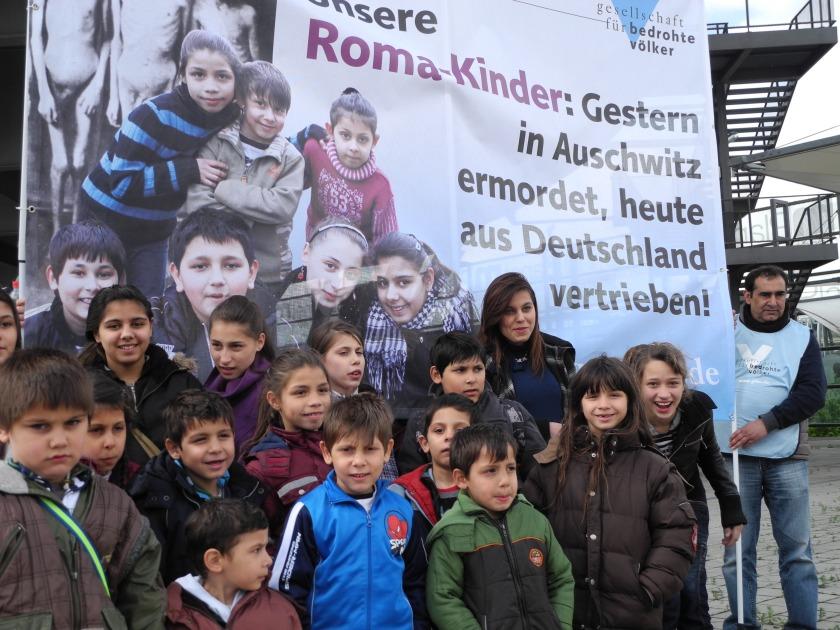 Roma-Flüchtlingskinder fordern bei einer GfbV-Mahnwache gleiche Rechte wie Kinder mit deutschem Pass.