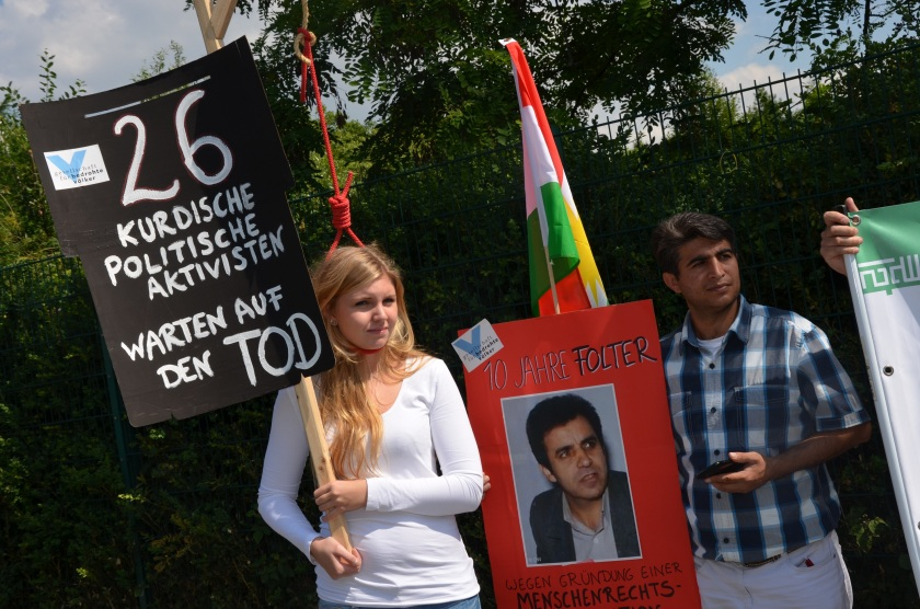 Im Juli 2014 protestierten wir vor dem iranischen Konsulat in Frankfurt am Main. Wir forderten die Freilassung aller politischer Gefangenen und ein Ende der Hinrichtungen. Foto: GfbV/Daniel Matt