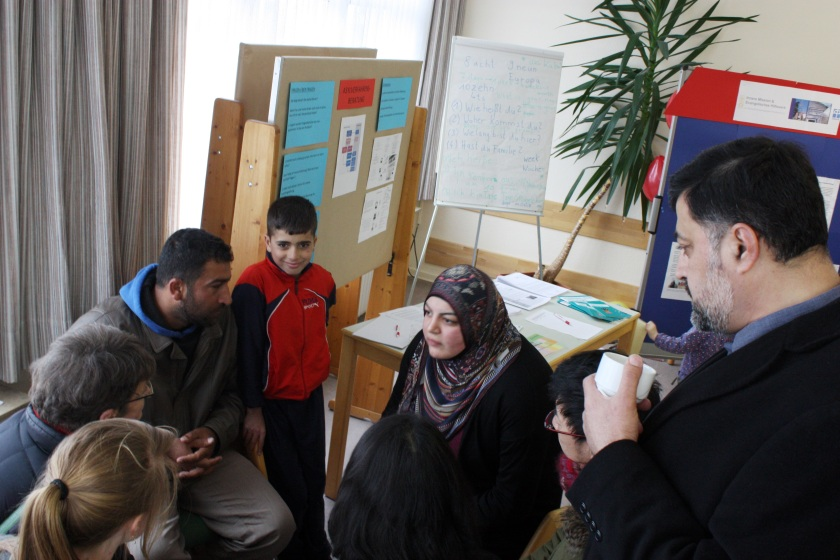 Zum ersten mal in seiner Geschichte gab es im Flüchtlingslager Friedland einen Tag der offenen Tür. Über 1.000 Besucherinnen und Besucher kamen und nutzen die Chance, sich mit Flüchtlingen zu unterhalten. Foto: Eva Lutter