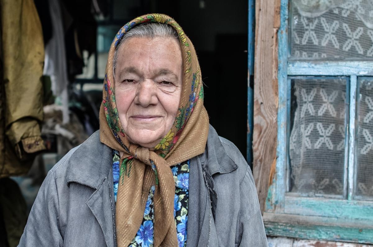 Geflüchtet, vernachlässigt, vergessen:  Die Folgen des Krieges in der Ostukraine für alteMenschen