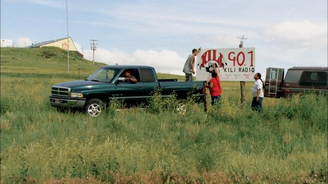 """2009 drehte Fanny Bräuning den preisgekrönten Dokumentarfilm """"No More Smoke Signals"""", in dem sie das für die Lakota so wichtige Radio KILI porträtierte. Foto: Pressefoto von """"No More Smoke Signals"""""""