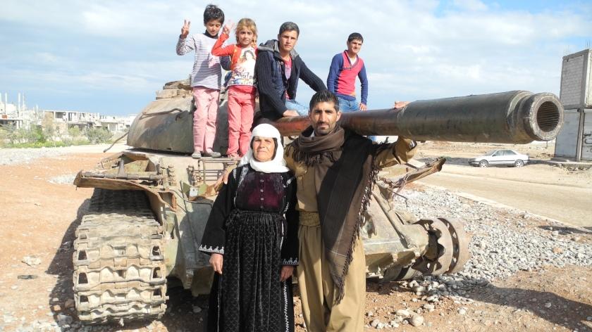 09_kobani_reisebericht_jung-und-alt-feiern-den-sieg-ueber-den-is
